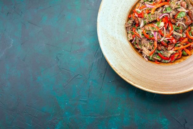 Вид сверху нарезанные овощи с мясом, делающие салат внутри тарелки на темном фоне, овощной салат, мясо, еда, еда