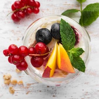 Вид сверху ломтики фруктов и ягод био концепция образа жизни