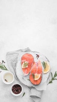 Вид сверху ломтики лосося с копией пространства лимона