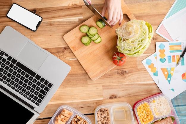 Вид сверху ломтики овощей и ноутбука
