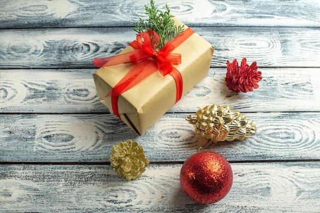 木製の背景の空きスペースに小さなギフトクリスマスツリーのおもちゃの上面図