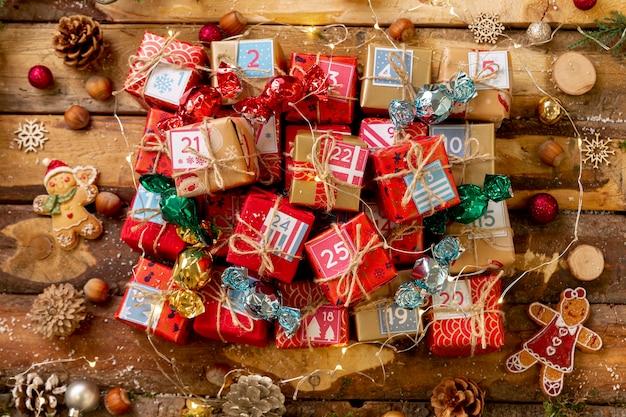 Вид сверху маленькие пронумерованные подарки на столе