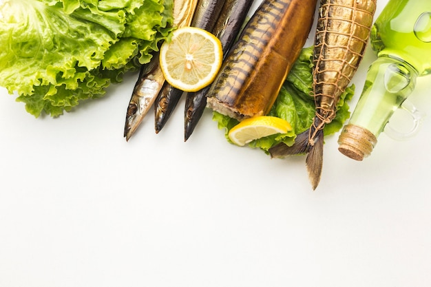 Вид сверху копченой рыбы и салата