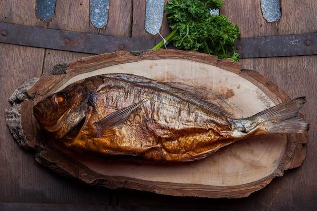 丸太の部分で魚の燻製のトップビュー