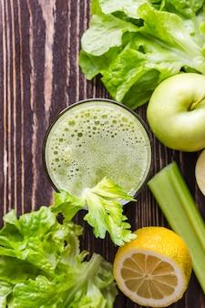 Bicchiere da frullato vista dall'alto con mela e insalata