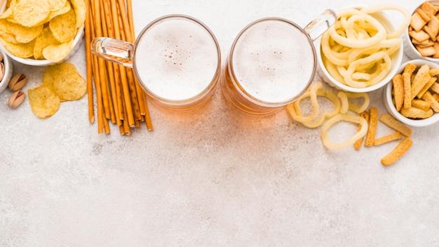 トップビューの軽食とビールのアレンジメント