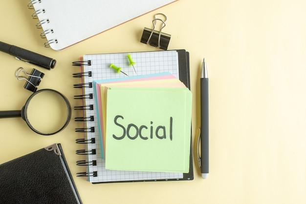 Вид сверху социальная письменная заметка вместе с красочными бумажными заметками на светлом фоне блокнот работа ручка школа офис тетрадь бизнес деньги цвет работа
