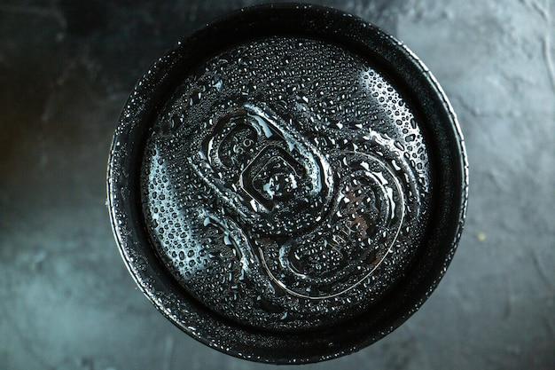 Lattina di soda vista dall'alto su una superficie scura