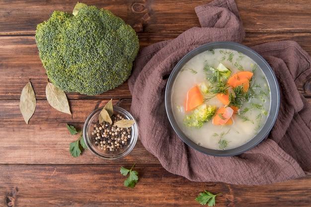 Вид сверху суп в миску и брокколи