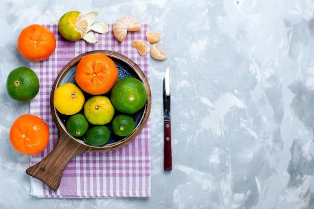 옅은 흰색 표면에 레몬이 있는 신맛이 나는 신선한 감귤