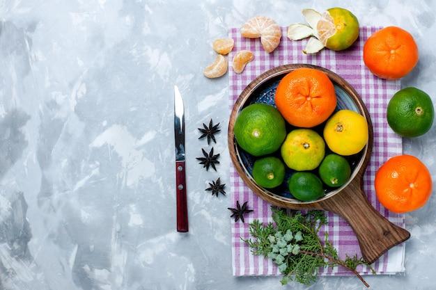 흰색 책상에 레몬을 넣은 신맛이 나는 신선한 감귤