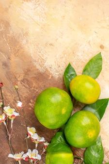 Vista dall'alto mandarini verdi aspri su sfondo chiaro