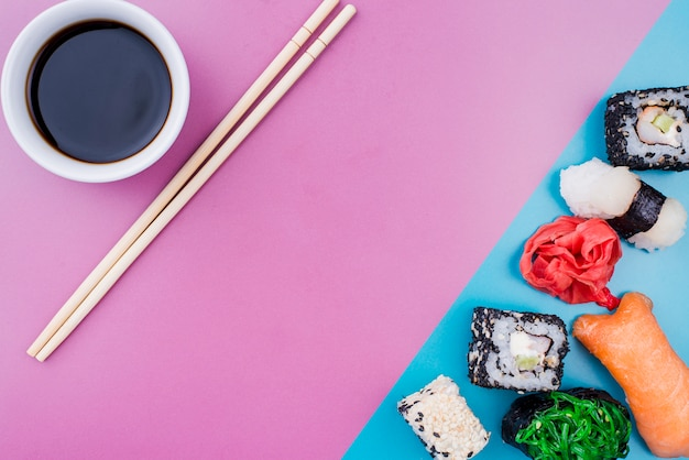 トップビュー醤油と寿司ロールテーブルの上