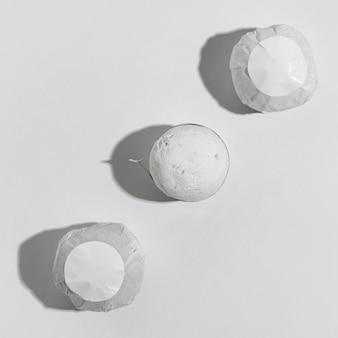 Disposizione di terapia termale vista dall'alto con bombe da bagno