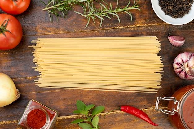 テーブルの上にトマトとトップビュースパゲッティ