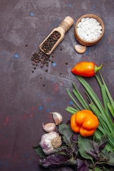 上面図スパイシーペッパーとピーマンの暗い表面のホットスパイシーペッパー野菜