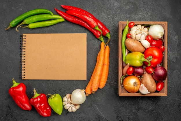 Вид сверху острый перец с фасолью, курицей и морковью на спелом салате темного цвета