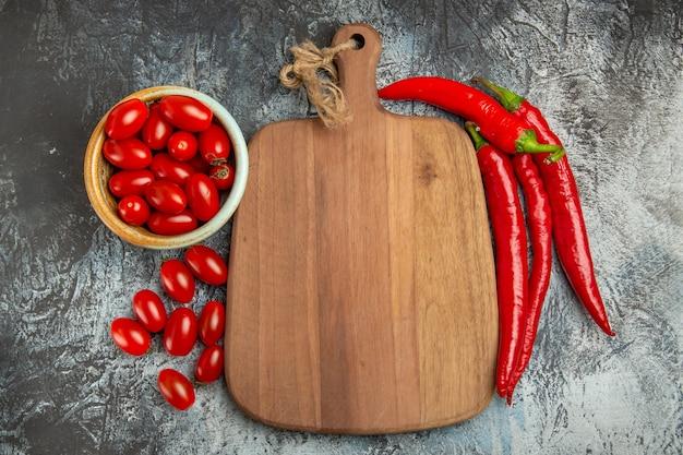 Вид сверху острый красный перец со свежими помидорами