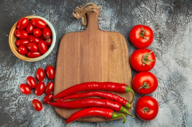 Vista dall'alto peperoni rossi piccanti con pomodori freschi