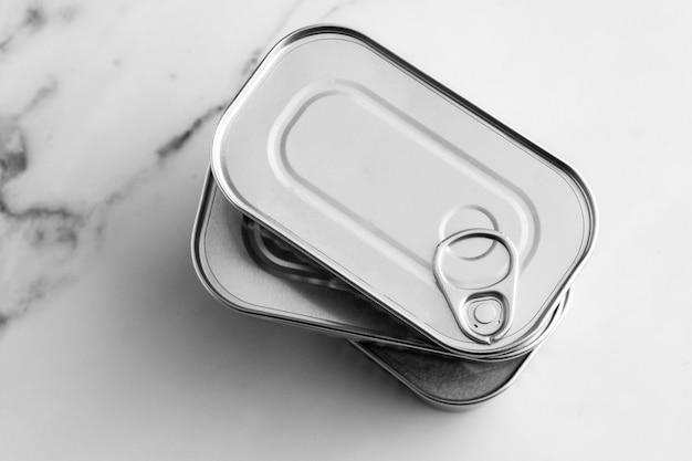 Pila di vista dall'alto di barattoli di latta d'argento