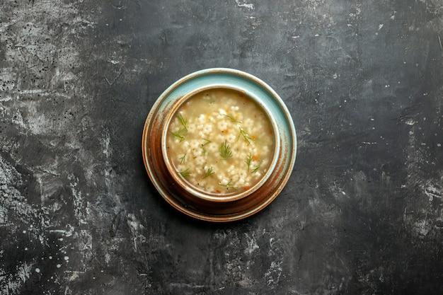 暗い背景の空き領域にボウルのトップビュースタースープ