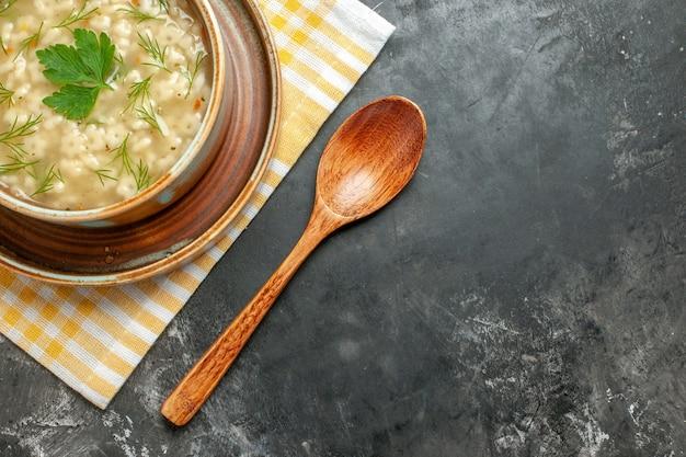 暗い背景のボウルにトップビュースタースープ