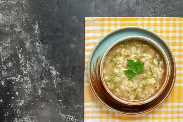 暗い表面のボウルにトップビュースタースープ