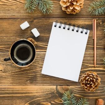トップビューの文房具の空の紙と一杯のコーヒー