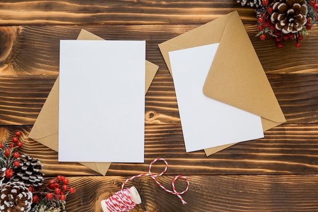 トップビューの文房具の空の紙と封筒