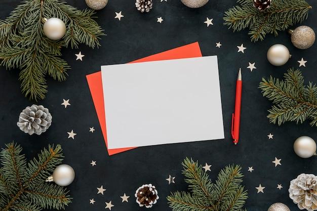 トップビューの文房具の空の紙と赤ペン