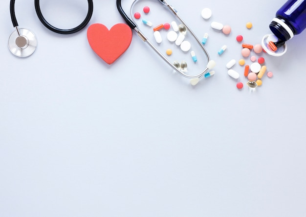 Вид сверху стетоскоп и таблетки с копией пространства