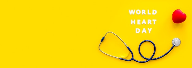 Vista dall'alto di uno stetoscopio a forma di cuore e copia spazio