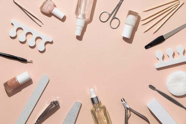 Вид сверху натюрморт ассортимент средств по уходу за ногтями