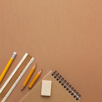 Вид сверху натюрморт состав школьных принадлежностей