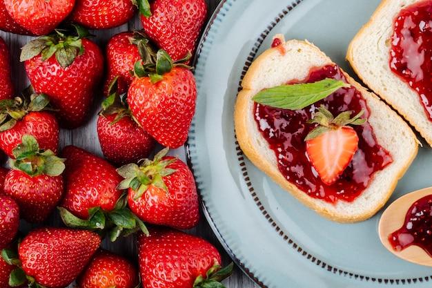 상단에 딸기 잼과 최소 평면도 딸기 토스트 식빵