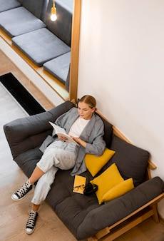 Вид сверху студент читает в библиотеке