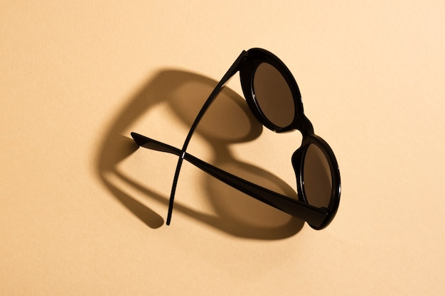 Вид сверху стильные солнцезащитные очки с тенью