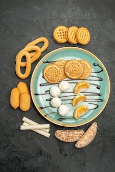 회색 배경에 비스킷과 사탕과 상위 뷰 설탕 쿠키