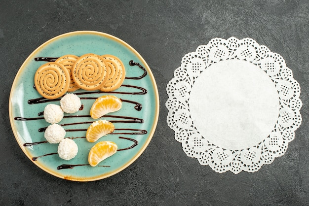 회색 배경에 코코넛 사탕과 상위 뷰 설탕 쿠키