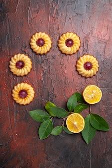 ダークテーブルビスケットの甘いデザートにレモンとトップビューのシュガークッキー