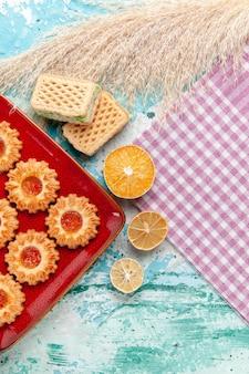 Biscotti di zucchero vista dall'alto con cialde su sfondo blu