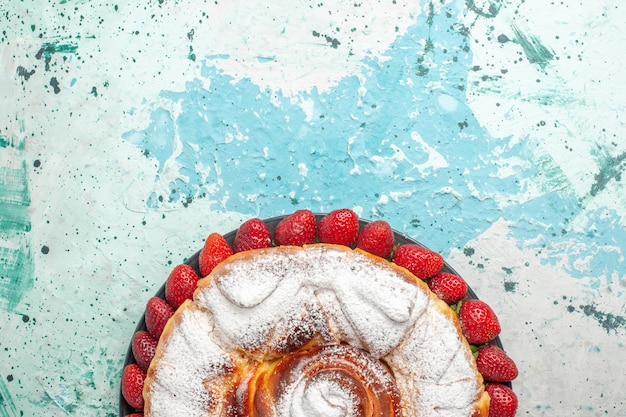 水色の表面に新鮮な赤いイチゴと上面図砂糖粉ケーキ