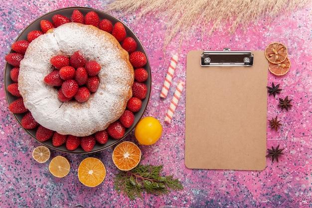 분홍색에 상위 뷰 설탕 가루 파이 딸기 케이크