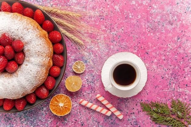 분홍색에 차 한잔과 상위 뷰 설탕 가루 파이 딸기 케이크
