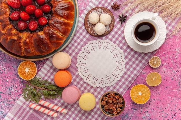 분홍색에 마카롱과 상위 뷰 설탕 가루 파이 딸기 케이크