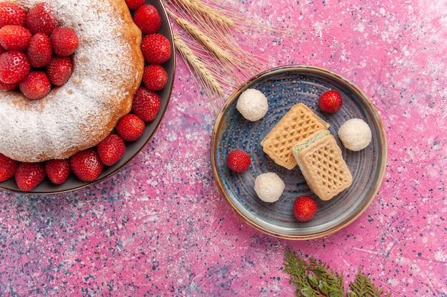 ピンクのワッフルと砂糖粉末パイストロベリーケーキの上面図