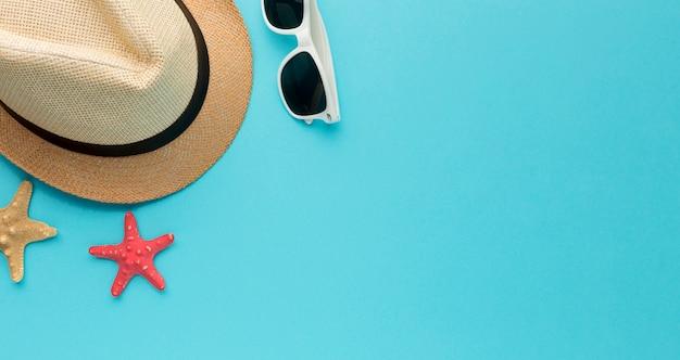 Вид сверху летняя шляпа и солнцезащитные очки с копией пространства