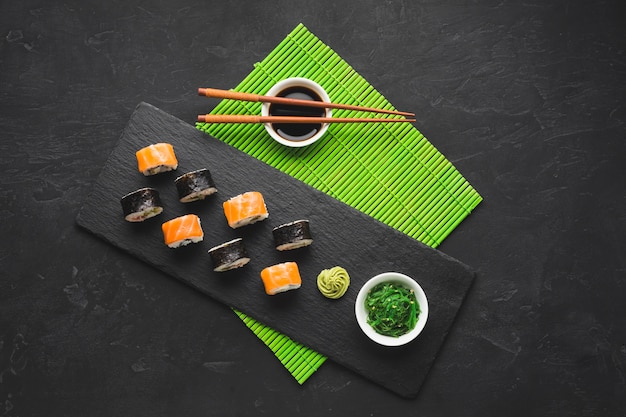Вид сверху суши на бамбуковой циновке