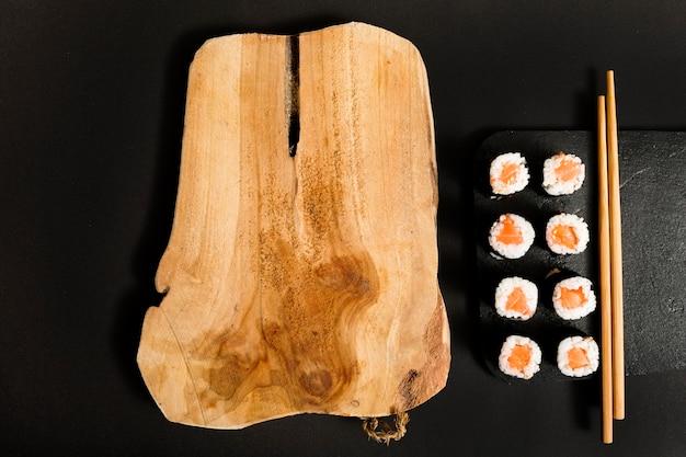 Вид сверху суши с копией пространства