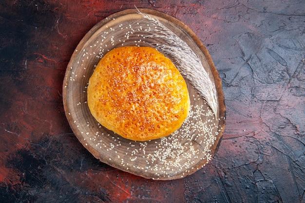 Panino dolce al forno vista dall'alto come pane fresco sulla superficie scura